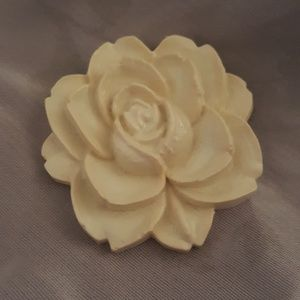 Vintage resin flower pin